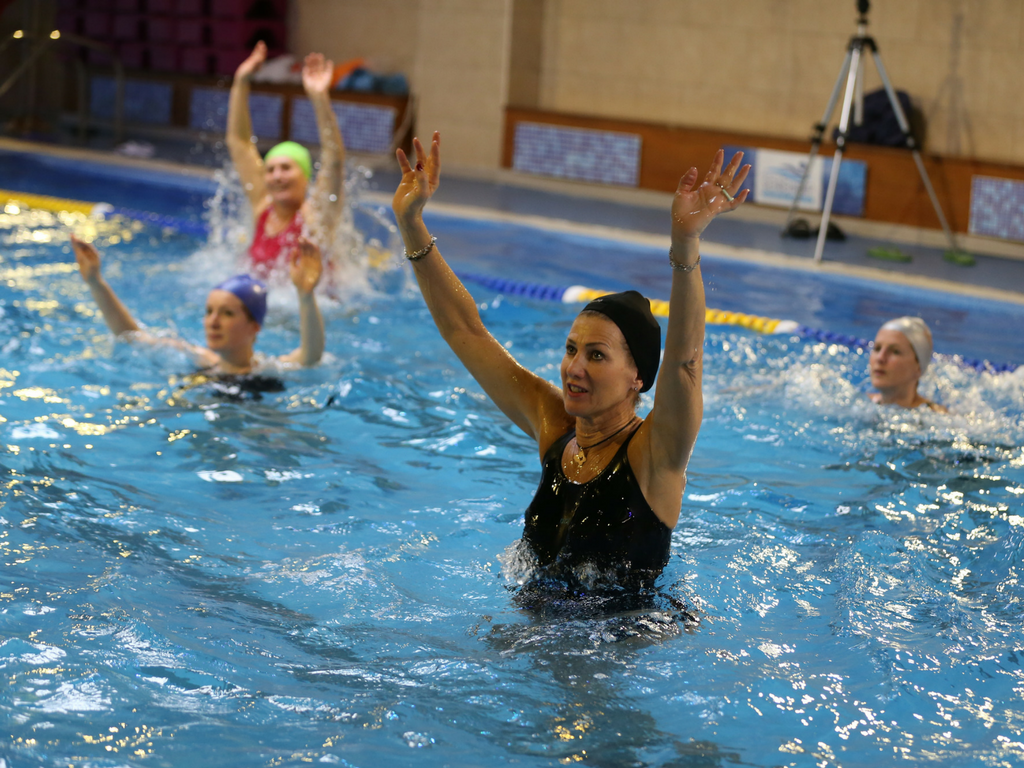 Web nologo in piscina con le calze serendip - Calze per piscina ...
